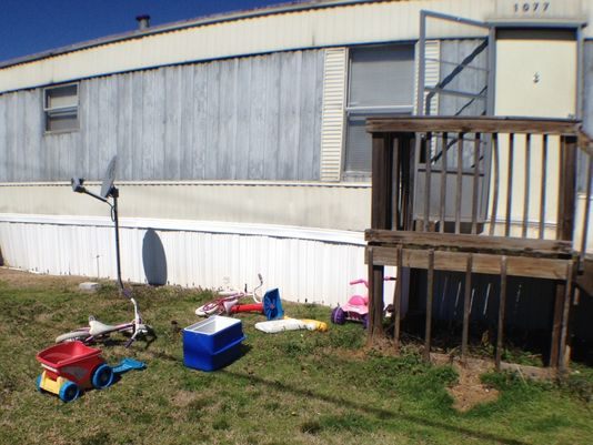 Yard where child was mauled to death. Photo: Marty Roney, Montgomery (Ala.) Advertiser